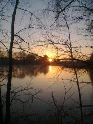 Das Foto meines Lieblingsortes zeigt die Talsperre Pirk bei Sonnenaufgang, dort verweile ich gerne und gehe meinem Hobby, der Vogelbeobachtung nach.