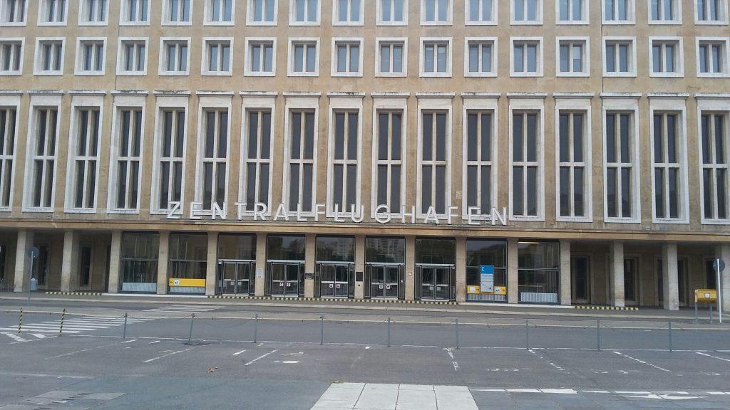 Im Buch enthalten sind auch Beschreibungen damaliger Berlin-Wahrzeichen wie des Dajos-Béla-Orchesters, des Hotel Adlon, des Karstadt am Hermannplatz, der Universum-Film AG und des Flughafens Tempelhof.