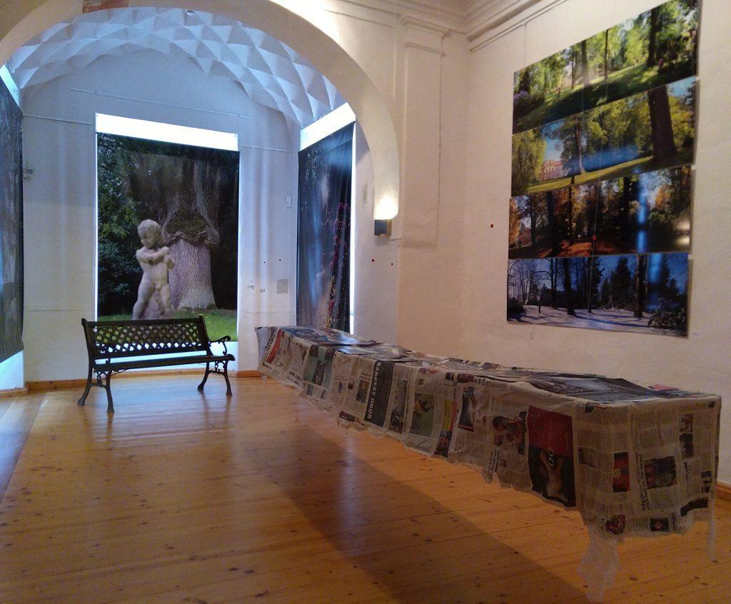 """Petra Herrmanns Werk """"Europa zu Tisch"""" in der Ausstellung """"#SalonEuropa im Hier und Jetzt: Schloss Tannenfeld – Inspiration und Wirklichkeit"""" im Sommer 2018 im Museum Burg Posterstein"""